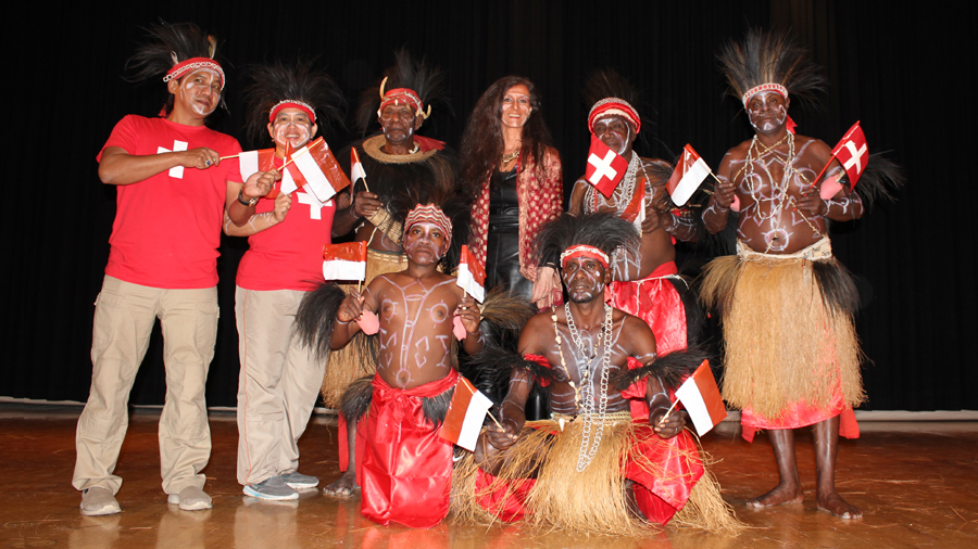 Nicole Coppey avec des musiciens Kamoro (Papouasie) Papua Indonesia